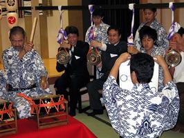 京都シルク社長が祇園囃子の鉦打ちを体験