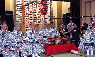 譜本をみながら、笛や太鼓に合わせ、コンチキチンと鉦の打ち方を祇園祭船鉾保存会の人たちに指導してもらいました。